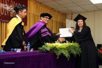El Rector entrega diploma a estudiante Primer Puesto de Honor de graduación de Bocas del Toro.