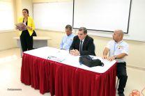 El expositor, el  invitado y el Decano de la Facultad de Mecánica son presentados.