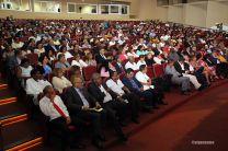 Autoridades, decanos, docentes, estudiantes y administrativos en acto de celebración.