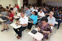 Decanos, directores de Centros Regionales, docentes y familiares y amigos de los coautores en la presentación.