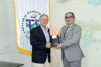 Los rectores de la UTP y de Zamorano, durante la entrega de obsequio.