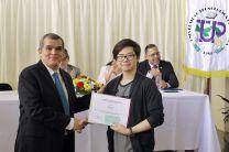 Nelson Li recibe certificado y obsequio del decano de la FIM, Dr. Julio Rodríguez.