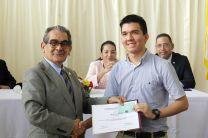 Estudiantes del Capítulo de Honor de a FIM reciben certificados y obsequios.