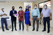 Dr. Alexis Tejedor, Vicerrector de la VIPE, hace entrega de tablet a estudiantes