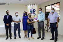 Director de la UTP, Ing Fernando González en Veraguas entrega Tablet a estudiante.