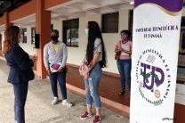 Ing. Vivian Valenzuela, Vicerrectora de Vida Universitaria, comparte con estudiantes de la Sede Central que fueron beneficiado de la donación de equipos.