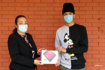 Vicerrectora entrega tablet a estudiante, en la Sede de UTP en Tocumen.