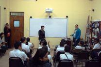 Personal del CIHH explica a los estudiantes.