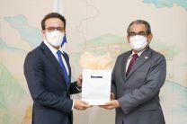Rector Ing. Héctor Montemayor,  entrega obsequio a Jean Philippe Pourcelot, Oficial de Asuntos Económicos de los Países Bajos