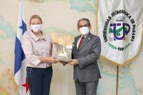 Rector de la UTP, Ing. Héctor Montemayor, entrega obsequio a la Embajadora de los Países Bajos, Elizabeth Smits