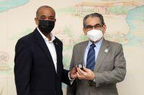 Rector de la UTP, Ing. Héctor Montemayor, entrega pin de 40 años al Rector de la Universidad Harrisburg.