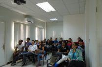 Grupo de estudiantes junto a la docente.