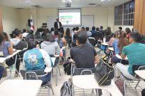 Prof. Edwin Holguin Gogin, jefe de la delegación de la U. Tecnológica de Perú, dictó conferencia a estudiantes.