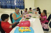 Niños del curso de literatura infantil y confección de titéres