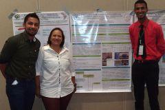 Mgtr. Tatiana Salgado y los estudiantes Carlos Moyano y Lloyd Garnerd.