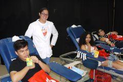 Estudiantes de la UTP donando sangre.