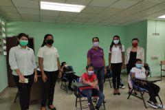 Representantes de la comunidad de Tambo con estudiantes.