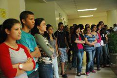 Estudiantes que asistieron al evento, escuchan atentos los consejos.