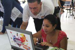 Estudiante recibe instrucciones para inscribirse, por parte de los organizadores