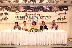 En la mesa principal la Rectora y demás autoridades de la UTP.