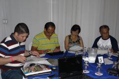 Una de las mesa del taller. Sus participantes analizan el Plan.