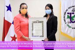 Estudiante Lissette De León, recibe certificado de reconocimiento, por la UTP.