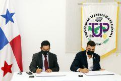 Dr. Alexis Tejedor, Vicerrector de la VIPE-UTP, firma convenio junto a Jesús González, Gerente del Proyecto Termo Solar de Panamá.