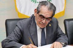 El Rector, Ing. Héctor M. Montemayor Á., firma el convenio, por parte de la UTP.