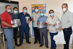 El Licdo. Abdiel Saavedra, Director del Centro Regional, entrega donación al Director Médico de la CSS, Dr. José Saldaña.