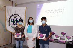 Estudiantes del Campus Central recibieron, de manera simbólica, tablets en representación de todos los beneficiarios.