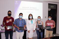 La Ing. Vivian Valenzuela, Vicerrectora de Vida Universitaria junto a estudiantes que recibieron sus tablets.