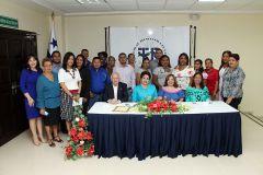 Estudiantes del Centro de Tele Educación Dr. Víctor Levi Sasso y autoridades de la UTP.