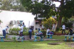 Estudiantes en labores de reforestación y limpieza.