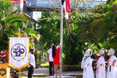 La estudiante Luz Hoz, miembro del Capítulo de Honor de la UTP, izó la Bandera.