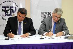 Firma el Rector de la UTP, Dr. Oscar Ramírez y el Ing. Irvin Halman, Director de la AIG del Convenio.