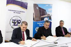 Firmaron el convenio el Decano de la Facultad de Ingeniería Mecánica, Dr. Julio Rodríguez y el Padre Alex Figueroa, Director del Instituto.