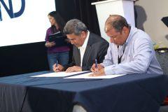 El Alcalde José Herrera y el Rector, Dr. Oscar Ramírez, firman el convenio.