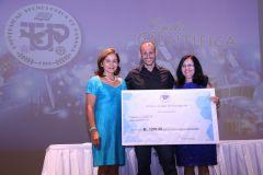 El Dr. Dr. José Gallardo, del Centro Regional de Chiriquí, recibe Premio como Investigador del Año.