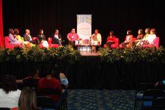 En el conversatorio participaron estudiantes de la Carrera de Comunicación Ejecutiva Bilingüe y escritores ganadores de Premios Literarios.
