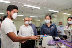 Investigadores y estudiantes de la UTP realizan las pruebas del primer prototipo de humidificador.