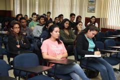 """Estudiantes participan del conversatorio """"Premio Centroamericano de Literatura Rogelio Sinán""""."""