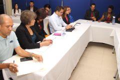 Personal docente y administrativo trabajan en la evaluación de las bases de datos.