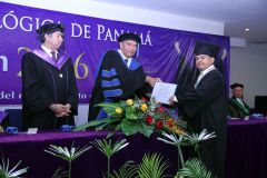 Entrega de diploma al Primer Puesto de Honor, Royer Zamir Caballero.
