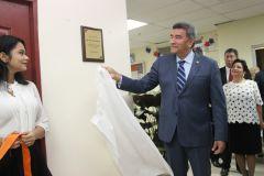 Rector, Dr. Oscar Ramírez, Devela Placa del salón de Estudios en memoría al Dr. Eduardo Pravia