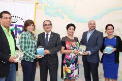 Escritores Panameños entregaron obra publicados al Rector de la UTP.
