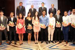 Estudiantes de la Universidad Tecnológica de Panamá y de la Universidad de Panamá seleccionados por la empresa Huawei con autoridades y empresarios.