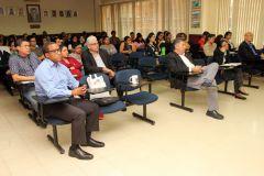 Autoridades, investigadores y estudiantes en ciclo de conferencias I + D.