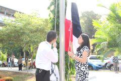 Los estudiantes Ángel Espinoza, de la FISC y Lisa Vega, de la FIE, izaron el Pabellón Nacional.