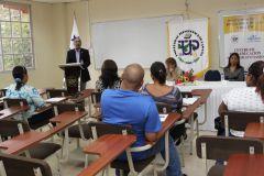 Estudiantes y autoridades en un salón de clases