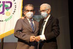 El Ing. Rodolfo Cardoze y el Ing. Héctor Montemayor recibieron pines por sus 55 años de servicio a favor de esta institución.